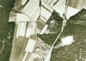 """Letecký snímek severní """"hosínské"""" části Borku zachycuje vykácenou část lesa pro sovětský tábor v pravé části. (Vojenský topografický ústav)."""