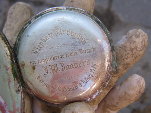 Stříbrné kapesní hodiny nalezené u ostatků desátníka Mettmanna. (Foto Jan Ciglbauer).