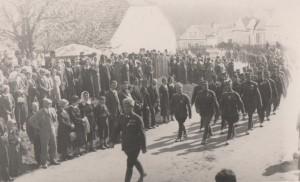 Defile legionaru a Korporaci pred pametni deskou padleho ruskeho legionare Vijtecha Smrze z Vlkova 15.