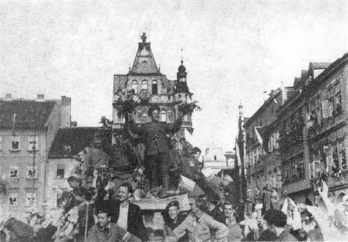 prvni-sovetsti-vojaci-na-budejovickem-namesti-2