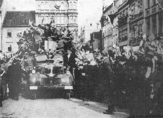prvni-sovetsti-vojaci-na-budejovickem-namesti-3