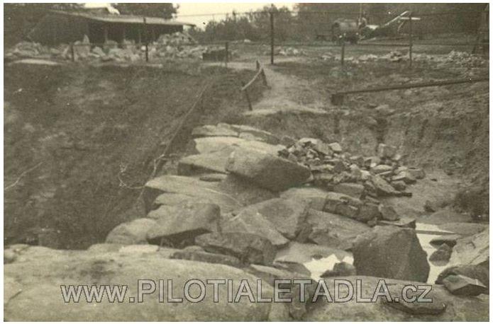 slovenicky-kamenolom---v-pozadi-havarovany-letoun