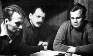 V zajateckém táboře Stalag Luft III. Zleva: Ivo Tonder, Arnošt Valenta, Jiří Maňák.